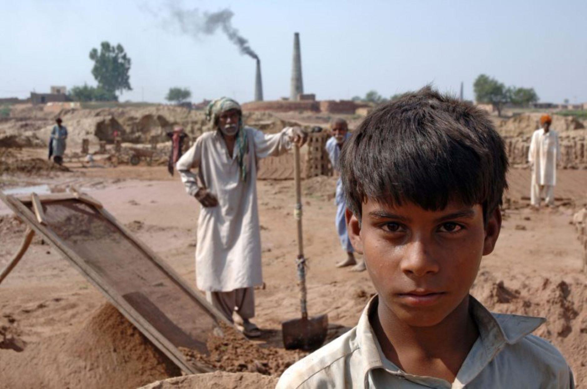 Enfant travaillant dans une briquetterie